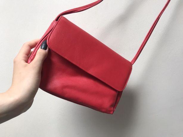 Czerwona skorzana torebka