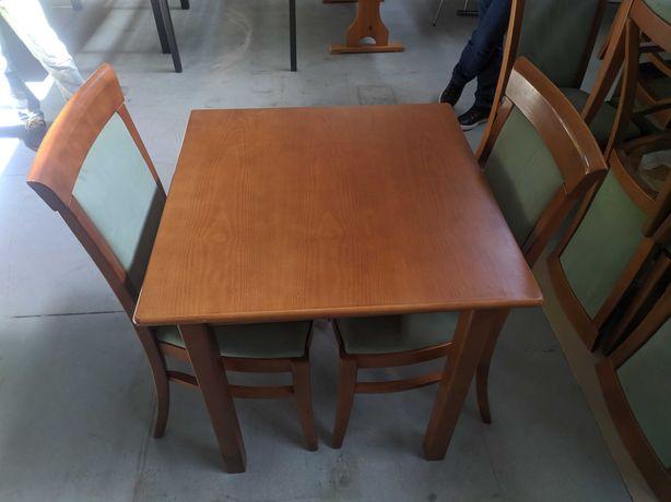 Mesa com 2 cadeiras em excelente estado