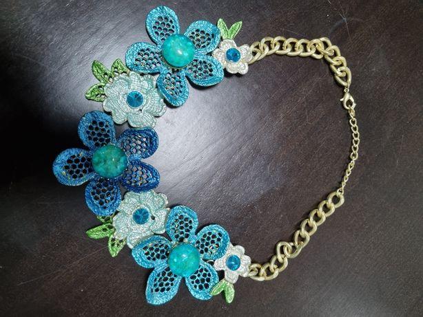 Colar com flores artesanal
