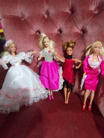 Barbies vestidos do mundo. Barbie incluída.