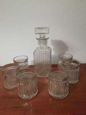 Garrafa e copos de Uísque
