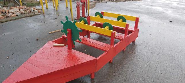 Дерев'яний човник для дитячого майданчика