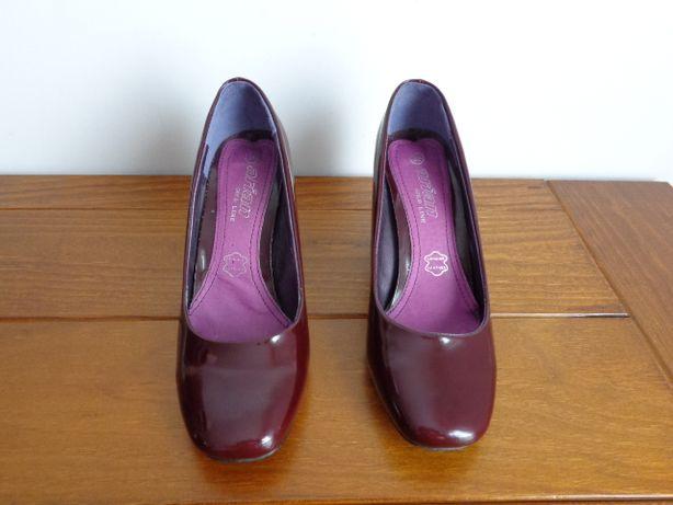 Sapatos em verniz cor cereja