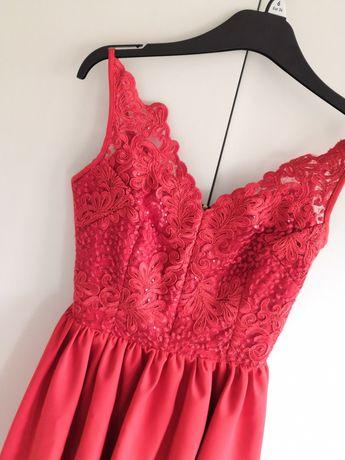 Czerwona sukienka z koronką wesele