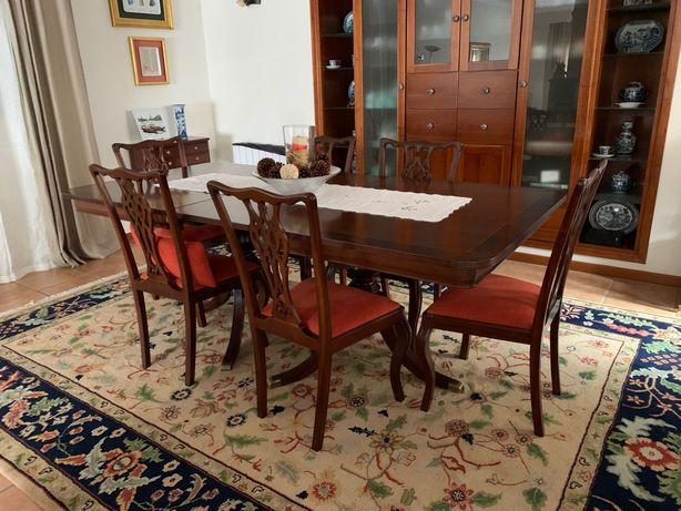 Mesa extensível, cadeiras e cadeirões estofados, carrinho bar.