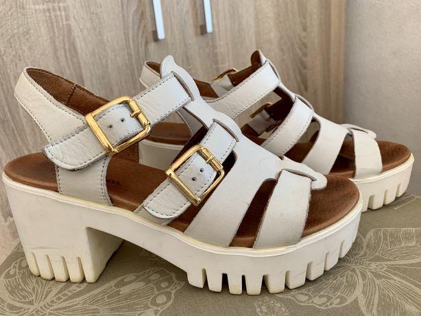 Sandálias altas