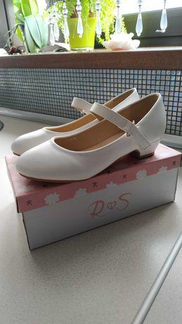 Białe buty na komunię