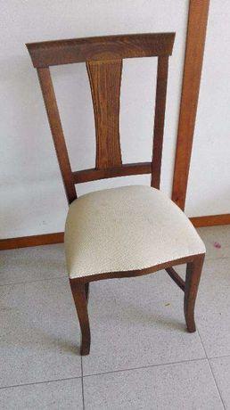 Cadeira em Castanho estofada a tecido