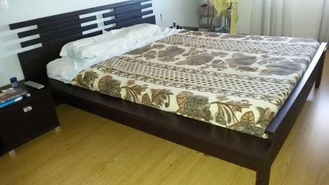 Cama de casal, mesas de cabeceira e cómoda