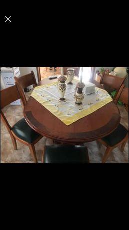 Cristaleira e mesa sala jantar