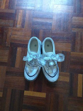 sapatilhas brancas com um leve friso preto