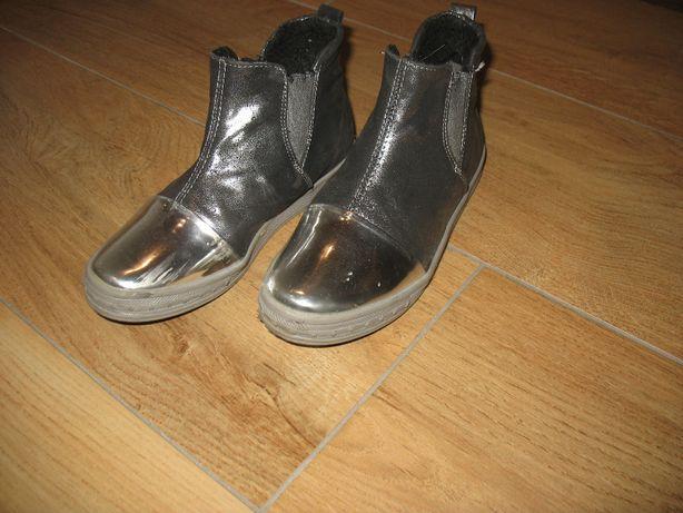 Wyższe buty z lakierowanymi czubkami
