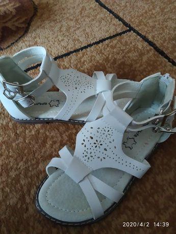 Белые кожаные босоножки, сандали для девочки фирмы Apawwa
