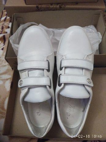 Кожаные женские кроссовки. Новые. Белые. 39 размер