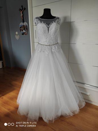 Pięknie zdobiona suknia ślubna 42