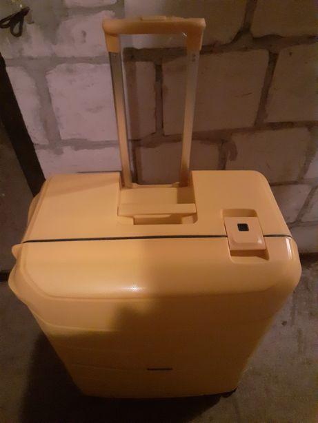 Nowa walizka z polipropylenu
