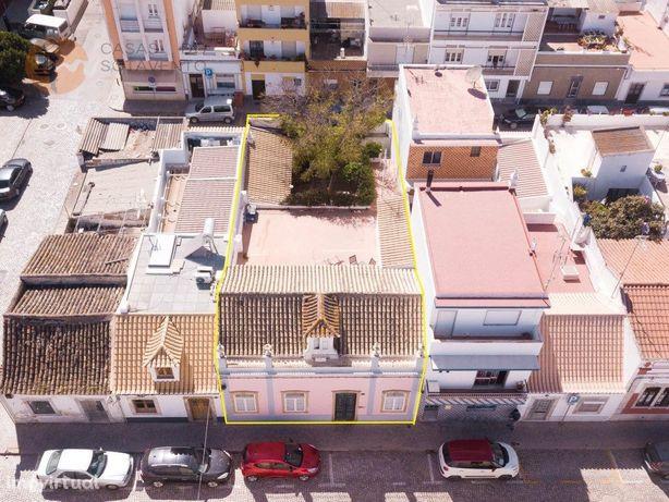 Casa Senhorial de R/C e 1º andar com logradouro no centro...