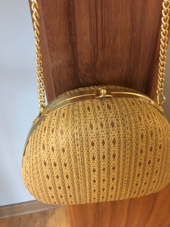Torebka - kuferek na złotym łańcuszku