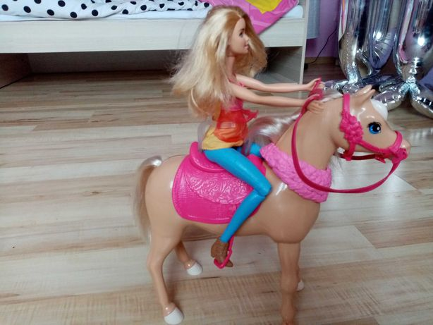 Lalka Barbie z chodzącym koniem