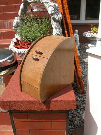 stary drewniany pojemnik