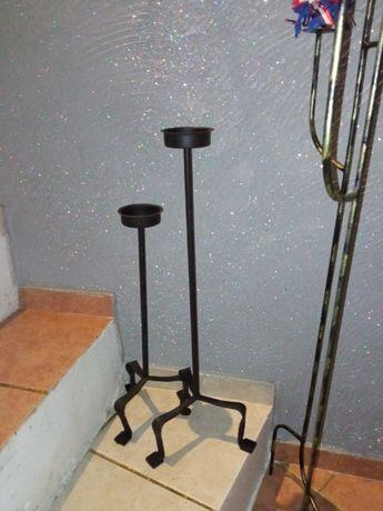 dwa czarne metalowe świeczniki