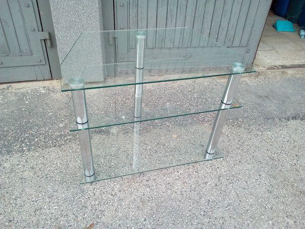Szklany stolik pod TV.