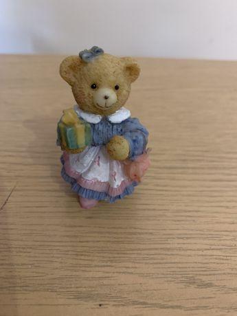 Mały miś z prezentem-figurka kolekcjonerska