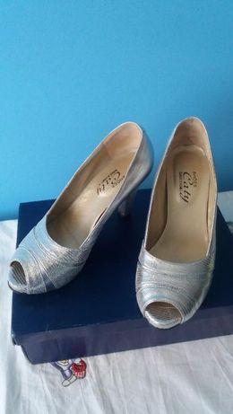 Sapatos de cerimónia novos em folha, lindissímos
