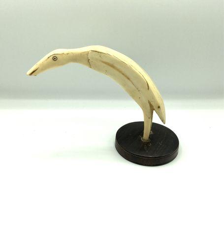 Figura esculpida com base em pau santo