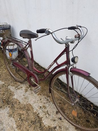 Bicicleta antiga para restaurar