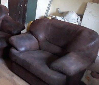 duży brązowy fotel