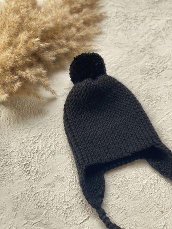 Вязаная детская шапка с бубоном и завязками
