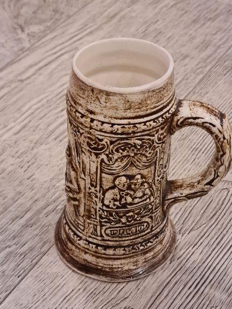 Stary gliniany kufel do piwa