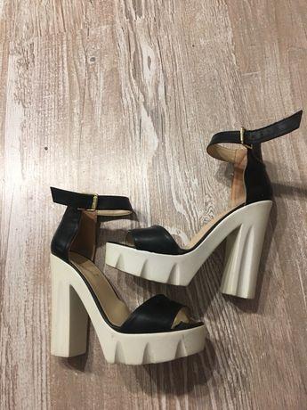 Продам женские стильные босоножки на каблуке