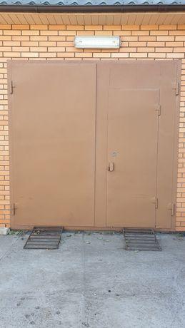 Ворота гаражні утепленні з дверима, в дуже гарному стані