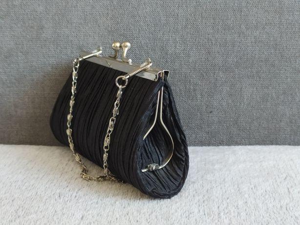 Czarna torebka wieczorowa