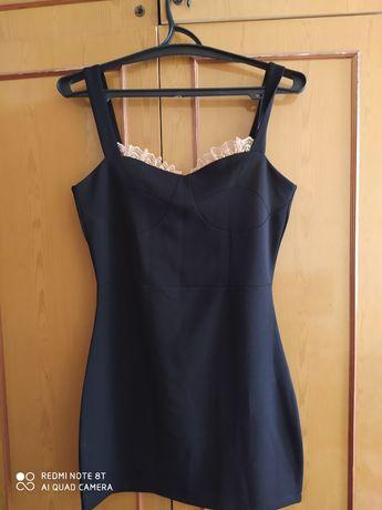 Сукня міні , з кружевними вставками .