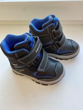 Продам новые детские ботинки Geox