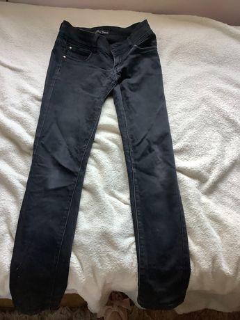 Czarne dopasowane jeansy