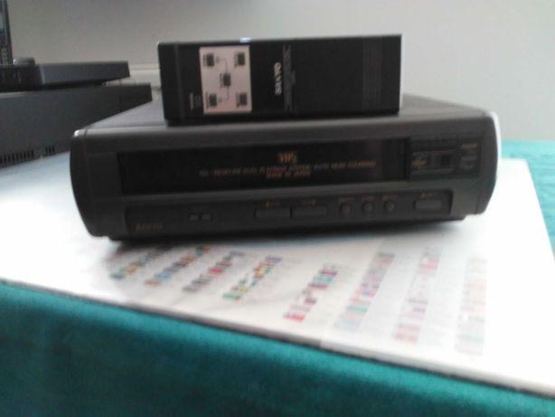 Odtwarzacz VHS Sanyo (uszkodzony) wraz z pilotem