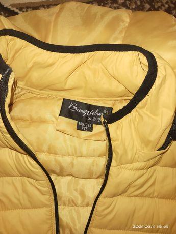 Яркая желтая куртка