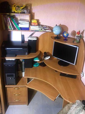 Комп'ютерний стіл.