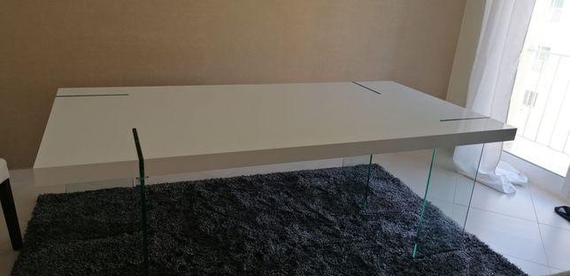 Mesa branca com pés em vidro