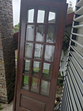 Janelas de madeira com vidros e acessórios