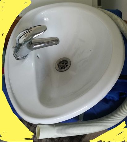 Torneira misturadora quase sem uso e lavatório de encastre.