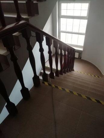 Zlecę usługę sprzątania klatki schodowej