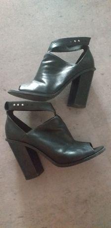 Wysokie sandały, botki Reserved