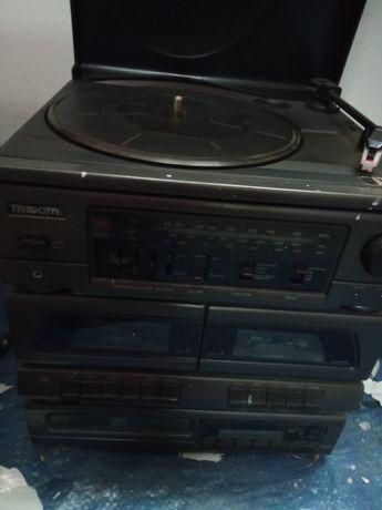 Aparelho de música. Rádio gira discos cd cassetes. Alguns funcionam.