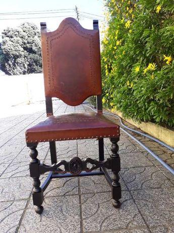 Vendo CADEIRA em madeira maciça com assento e costas em couro gravado