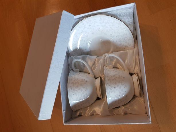 Zestaw porcelanowych filiżanek z talerzykami